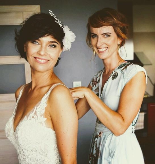 Ozdoba ślubna do włosów z perełkami i kwiatem.