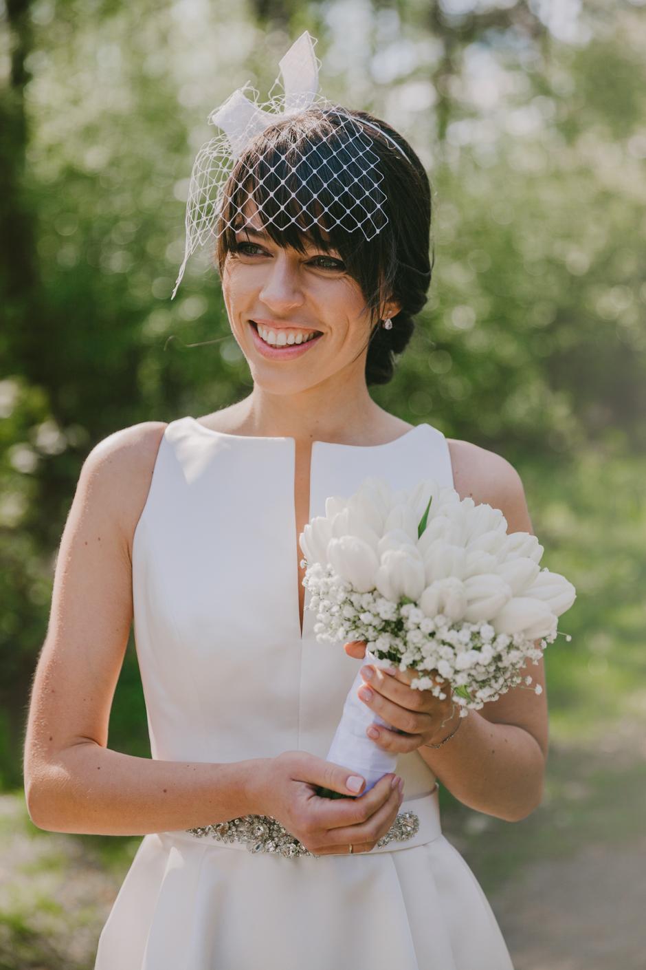 Woalka ślubna do prostej sukni z biżuteryjnym pasem.